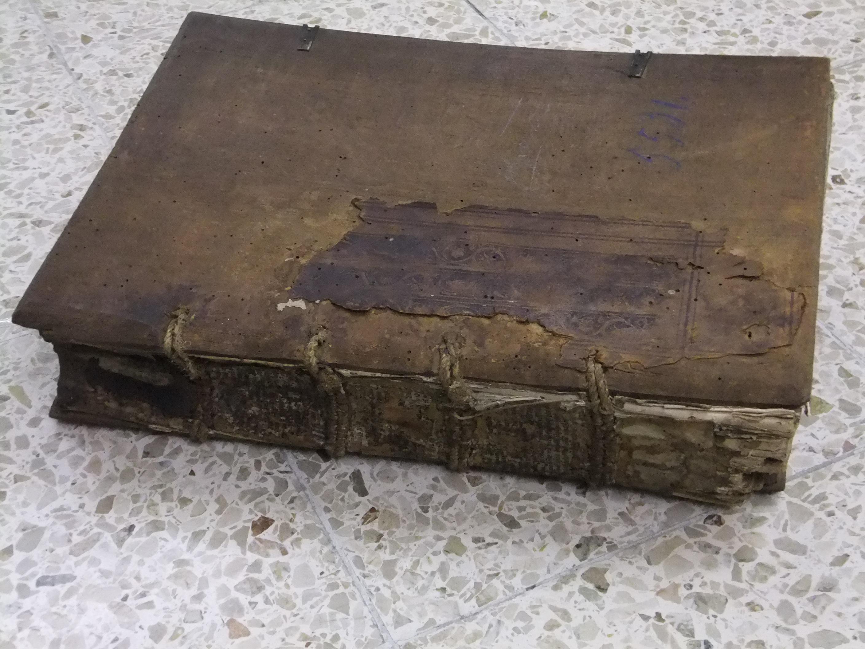 """Verschmutztes und beschädigtes historisches """"Amtsbuch"""" aus dem Stiftsarchiv (Stiftsarchiv Nr. 5531 / Foto: Frank Luther)."""